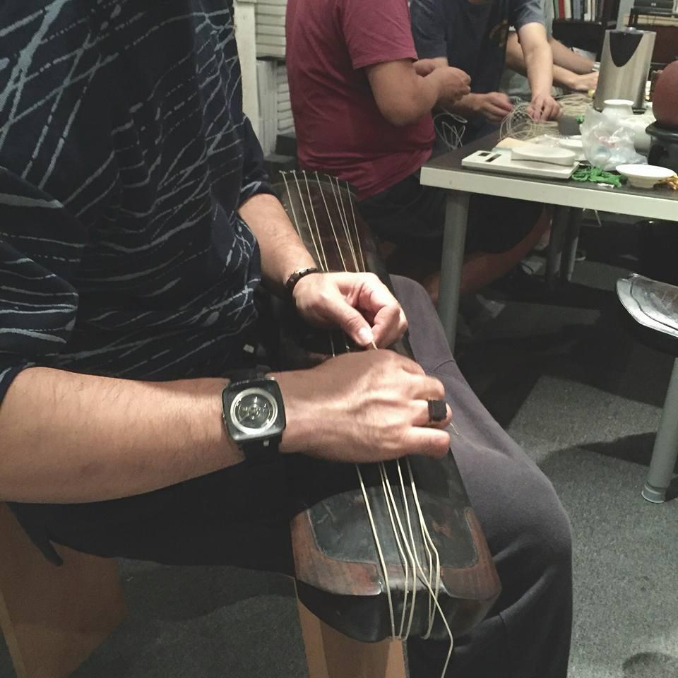 教導社員上絲弦 及 保養技巧